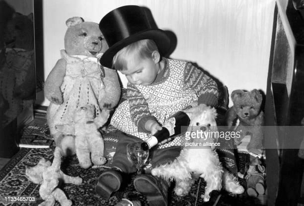 Einmal auf der Silversterfeier nicht aufgepasst und schon feiert dieses kleine Mädchen mit ihren Kuscheltieren eifrig mit Aufgenommen am