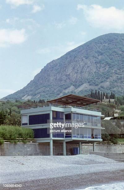 """Eins der Gebäude des Lagers """"Morskoi"""" innerhalb des Allunions-Pionierlagers Artek in der Nähe von Jalta auf der Halbinsel Krim, aufgenommen im Juli..."""
