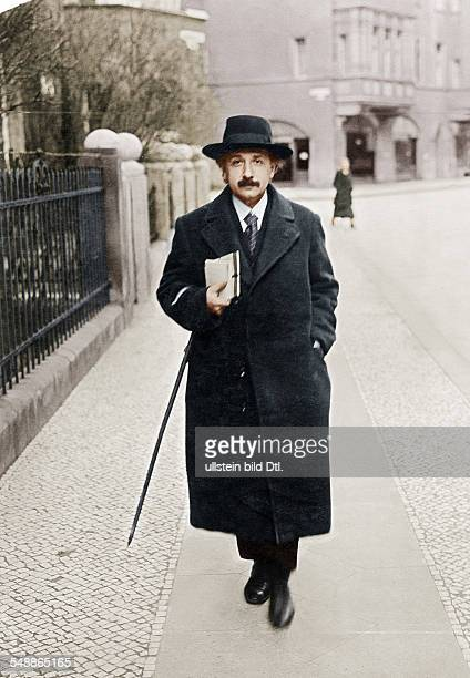 Einstein Albert physicist Germany/USA *14031879 going for a walk in Berlin Schoeneberg Haberlandstrasse Vintage property of ullstein bild
