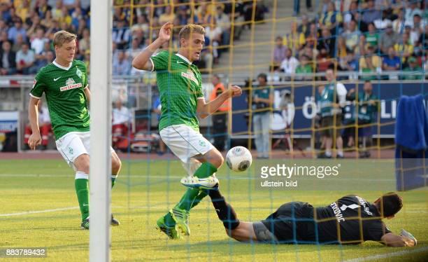 FUSSBALL 1 BUNDESLIGA SAISON Eintracht Braunschweig Werder Bremen Nils Petersen und Felix Kroos scheitern an Torwart Marjan Petkovic
