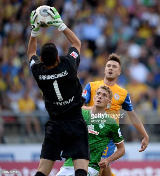 FUSSBALL 1 BUNDESLIGA SAISON Eintracht Braunschweig Werder Bremen Torwart Marjan Petkovic kann vor Nils Petersen retten