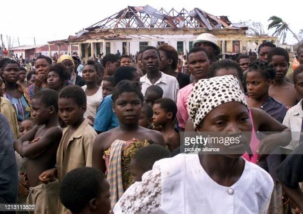 Einwohner des zerstörten mosambikanischen Dorfes Nova Mambone stehen am 632000 vor ihren durch die Sturm und Hochwasserkatastrophe zerstörten Häusern...
