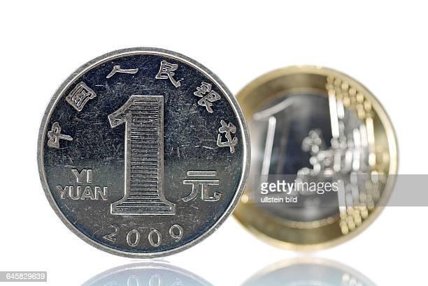 EinYuanMünze vor einer EinEuroMünze Wirtschaftsentwicklung in China und Europa