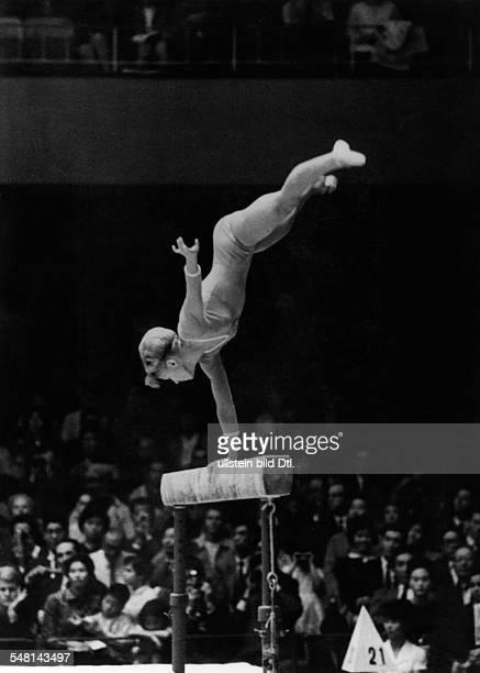 Einzel Frauen Schwebebalken Larissa Latynina bei einer Übung sie gewinnt die Bronzemedaille Oktober 1964