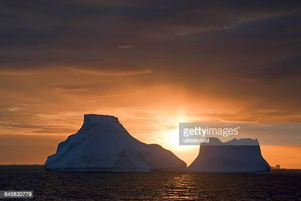 Eisberge im Sued Ozean im Abendlicht Antarktis