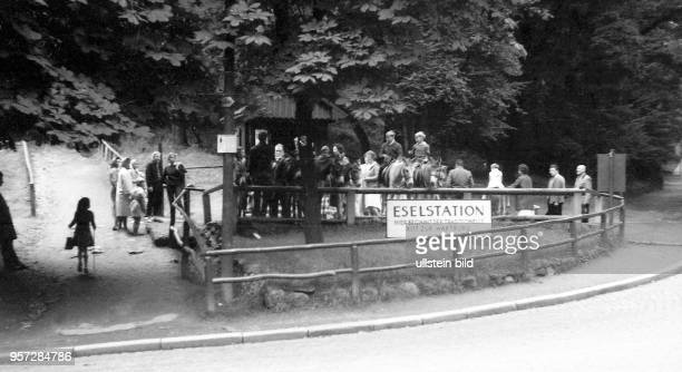 Eisenach in Thüringen Eselsstation auf dem Weg zur Wartburg 1969 Foto Reinhard Kaufhold Technische Qualität bedingt durch historische Vorlage