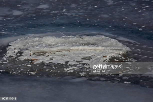 Eisflaeche gefrorenes Wasser teilweise schneebedeckt