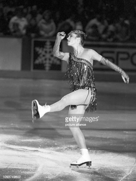 EiskunstlaufOlympiasiegerin Katarina Witt aufgenommen am bei einem Schaulaufen im Eissportstadion von KarlMarxStadt wo sie begeistert empfangen...