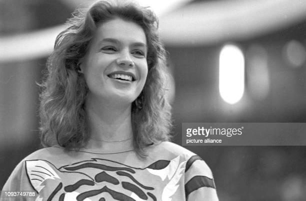 EiskunstlaufOlympiasiegerin Katarina Witt wird am im Eissportstadion von KarlMarxStadt begeistert empfangen Witt hatte kurz zuvor bei den...