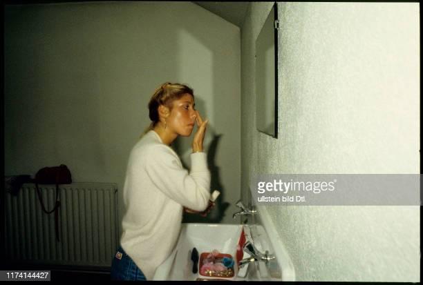 Eiskunstläuferin Denise Biellmann beim Schminken für Holiday on Ice 1981