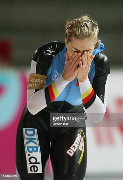 Eisschnellllauf World Cup Berlin 1500 Meter Damen Frauen Anni Friesinger schlaegt die Haende vor ihr Gesicht