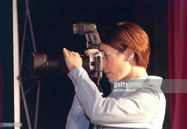 Eisschnelläuferin Franziska Schenk testet die Arbeit als Fotografin auf einer Pressekonferenz am 1061999 in Stuttgart auf der sie sich als...