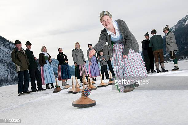 eisstockschiessen, curling auf dem see grundlsee (xxxl - traditionelle kleidung stock-fotos und bilder