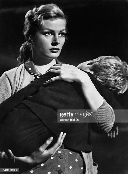 Ekberg Anita Actress Sweden * Scene from the movie 'Back from Eternity'' Directed by John Farrow USA 1956 Vintage property of ullstein bild