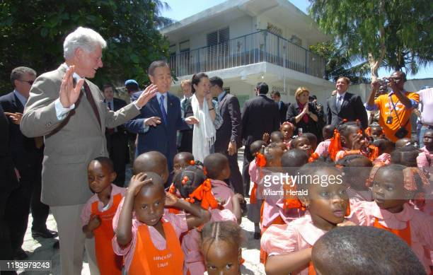 El 3 de septiembre de 2009 Bill Clinton expresidente de EEUU visitó un programa de alimentacion en Puerto Príncipe Haití acompañado de Ban Kimoon...