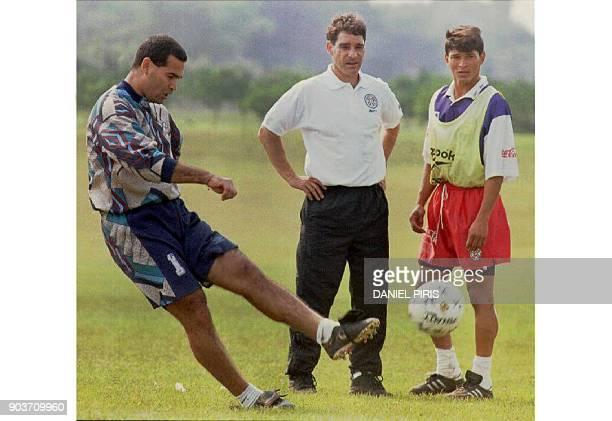 El arquero paraguayo Jose Luis Chilavert practica tiros libres ante la atenta mirada del tecnico Paulo Cesar Carpegiani y Miguel Benitez el 08 de...