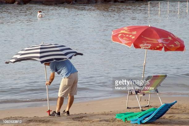 el arte de colocar la sombrilla xli - arte stock photos and pictures