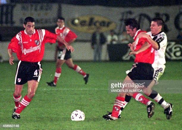 El atacante del equipo brasileno de futbol de Vasco da Gama Luizao disputa el balon con el jugador de River Plate de Argentina Pizzi observado por el...
