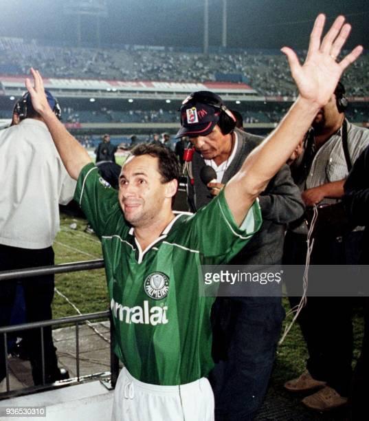 El atacante Evair celebra la victoria del Palmeiras al final del partido de vuelta de quartos de final de la Copa Libertadores en Sao Paulo 12 mayo...