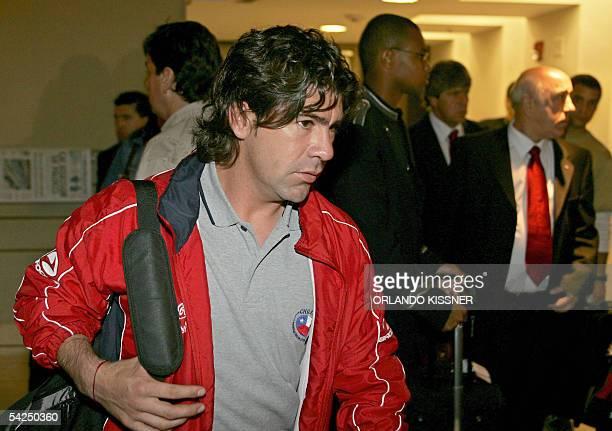 El atacante Marcelo Salas llega a un hotel con la seleccion de Chile en Brasilia el 02 de septiembre de 2005 Chile enfrentara a Brasil el domingo...