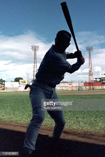 El beisbolista de Republica Dominicana Miguel Garcia espera su turno para batear 23 de junio durante el juego disputado contra su similar de Mexico...