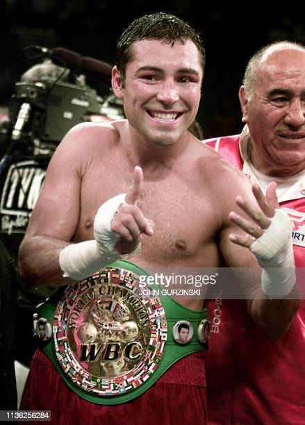 El boxeador Oscar De La Hoya, celebra un nuevo título obtenido en Las Vegas el 23 junio de 2001.AFP PHOTO/John GURZINSKIhn Gurzinski/AFP
