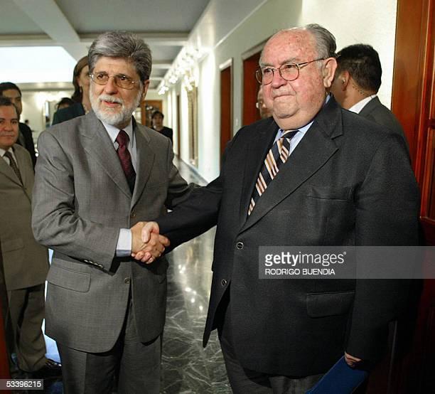 El canciller brasileno Celso Amorim saluda con su homologo ecuatoriano Antoni Parra a su llegada al Ministerio de Relaciones Exteriores en Quito el...