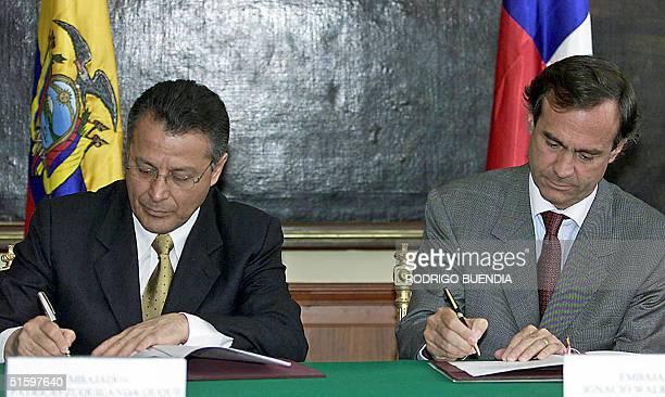 El canciller chileno Ignacio Walker firma con su homologo ecuatoriano Patricio Zuquilanda un comunicado conjunto en la Cancilleria en Quito, el 28 de...