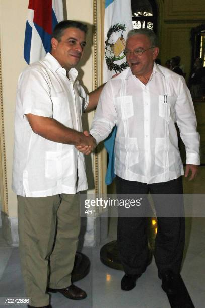 El canciller cubano Felipe Perez Roque saluda al vicepresidente de Guatemala, Eduardo Stein , el 26 de octubre del 2006 en La Habana. Stein realiza...