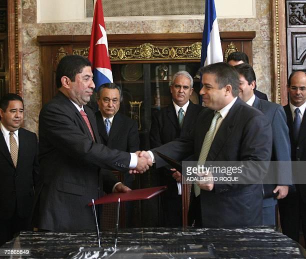 El canciller cubano Felipe Perez Roque y el canciller de Honduras, Milton Jimenez , quien se encuentra en visita oficial, se saludan tras la firma de...