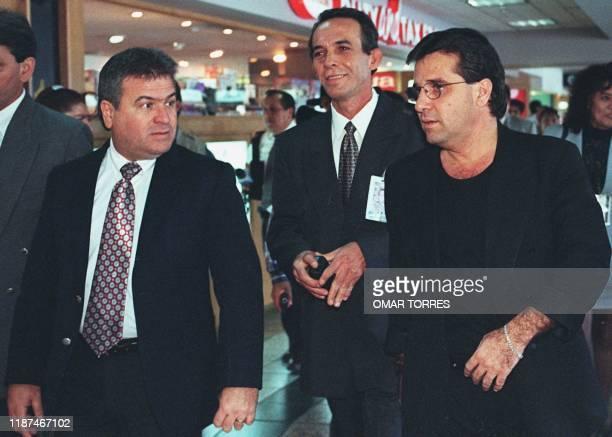 El canciller de Cuba Roberto Robaina, llega al aeropuerto de Mexico City acompanado por sus colaboradores 25 de Febrero. Robaina realiza una visita...