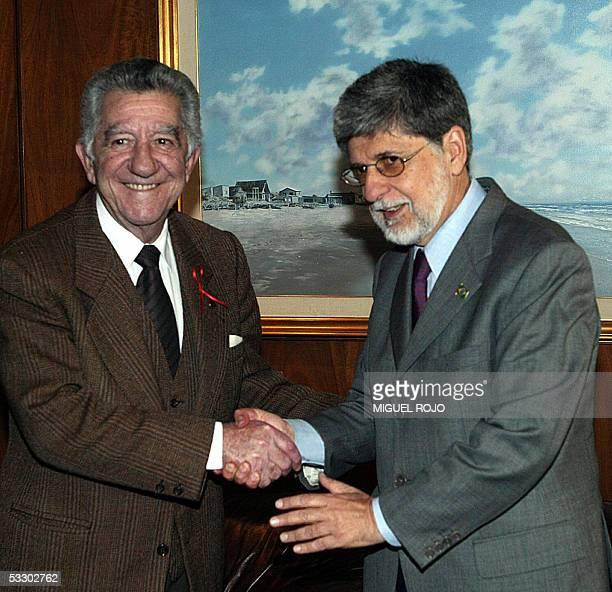 El canciller de Uruguay Reinaldo Gargano saluda a Celso Amorin su homologo de Brasil al comienzo de una reunion en la cancilleria en Montevideo el 29...