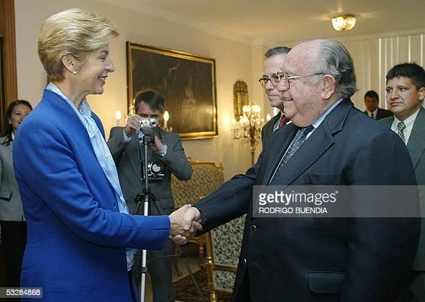 El canciller ecuatoriano, Antonio Parra recibe en su despacho a su homologa colombiana Carolina Barco el 25 de julio de 2005 en Quito. La canciller...