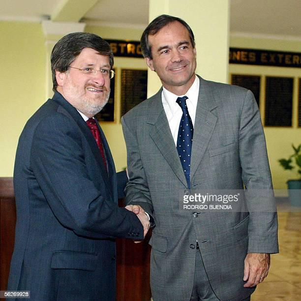 El canciller ecuatoriano Francisco Carrion recibe a su homologo chileno Ignacio Walker al su llegada a la cancilleria en Quito el 24 de noviembre de...