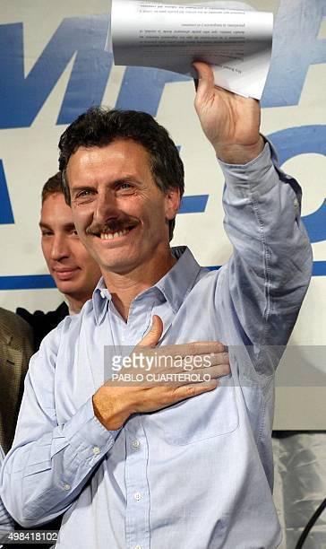 El candidato a jefe de Gobierno de Buenos Aires Mauricio Macri saluda tras una conferencia de prensa el 24 de agosto de 2003 en la sede del frente...