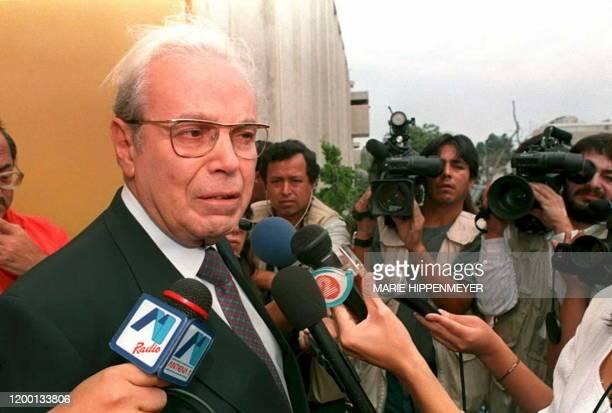 El candidato a la presidencia por el movimiento Union Por el Peru,Javier Perez de Cuellar,ex secretario general de l'ONU habla con la prensa luego de...