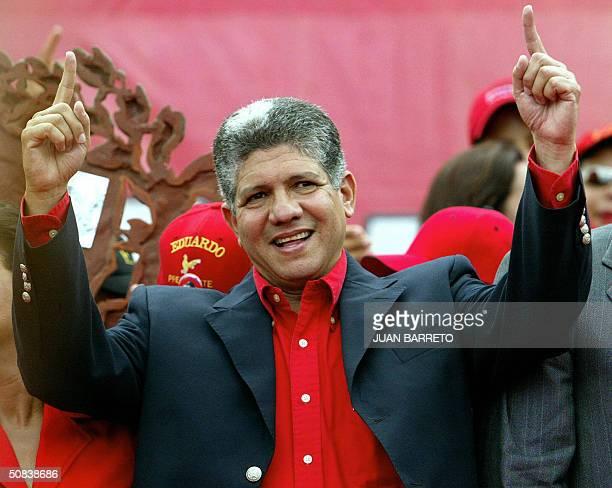 El candidato a la presidencial del Partido Reformista Social Cristiano Eduardo Estrella saluda a simpatizantes en un acto de cierre de campana...