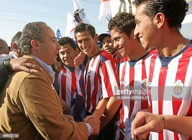 El candidato presidencial del partido Accion Nacional Felipe Calderon saluda a jugadores de futbol de la tercera division de las Chivas al termino de...