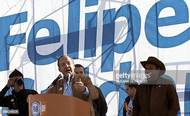 El candidato presidencial del partido de Accion Nacional Felipe Calderon gesticula durante un discurso pronunciado en un acto de campana en la...