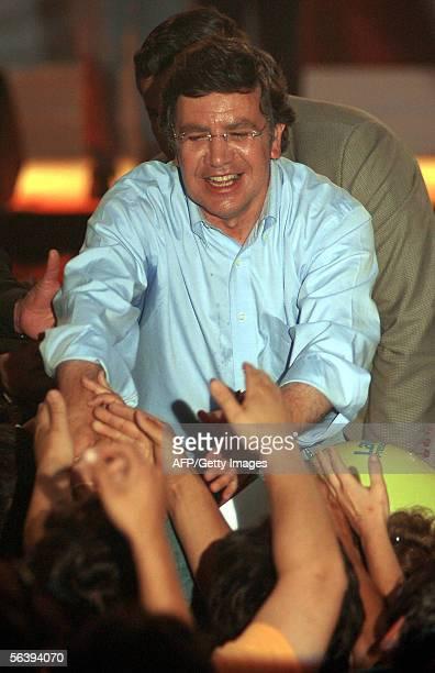 El candidato presidencial Joaquin Lavin saluda a simpatizantes durante el acto decierre de campana en Concepcion el 08 de diciembre de 2005 en...