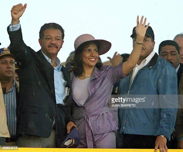 El candidato presidencial Loenel Fernandez saluda a simpatizantes durante una concentracion de cierre de campana electoral en la ciudad de Santo...