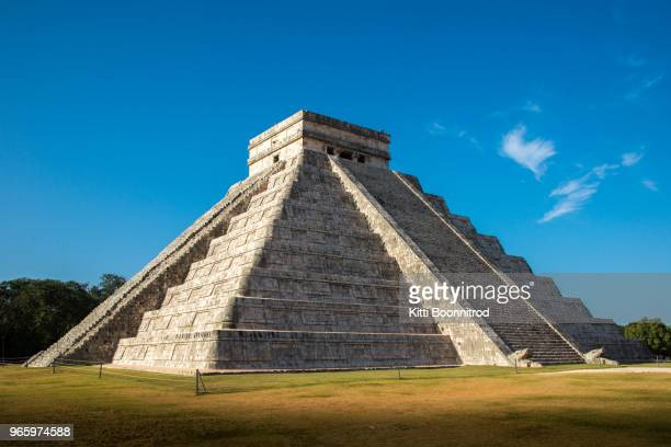 el castillo, the famous pyramid in chichen itza, mexico - cancun stock pictures, royalty-free photos & images