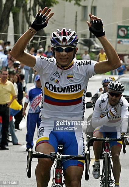 El ciclista colombiano Ever Gutierrez levanta los brazos al cruzar la meta en la prueba de ruta de los XV Juegos Bolivarianos en Pereira el 20 de...