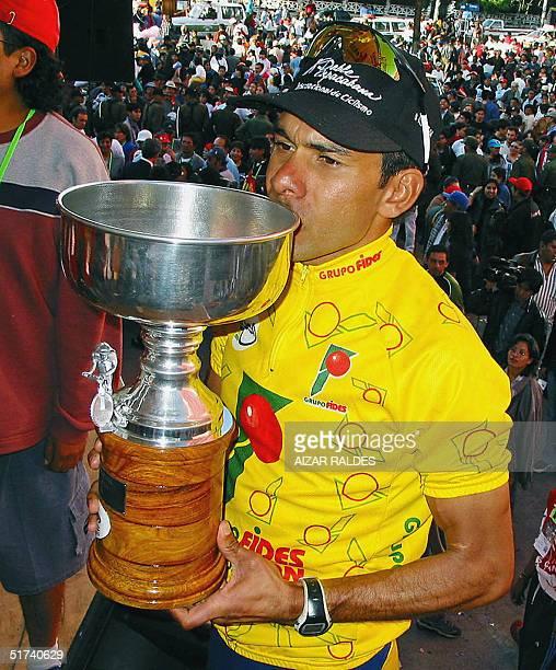 El ciclista colombiano Javier Zapata besa la copa tras ganar la Doble Copacabana de Ciclismo el 14 de noviembre de 2004 en La Paz En la competencia...