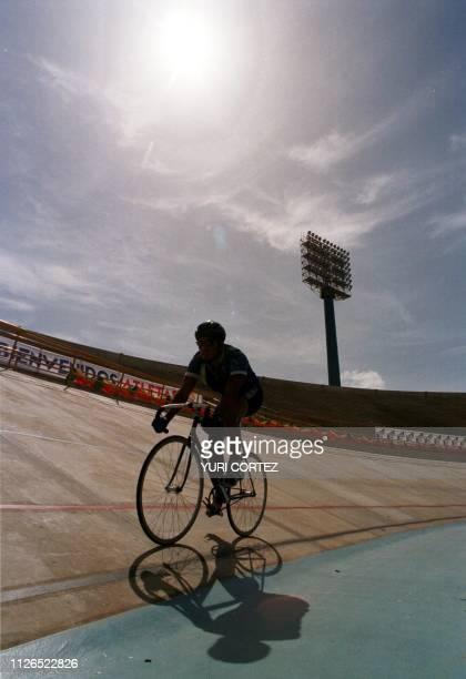 El ciclista guatemalteco Victor Ordonez realiza practicas de velocidad en el Estadio 'Pachencho' Romero 07 de Agosto en Maracaibo Venezuela Ordonez...