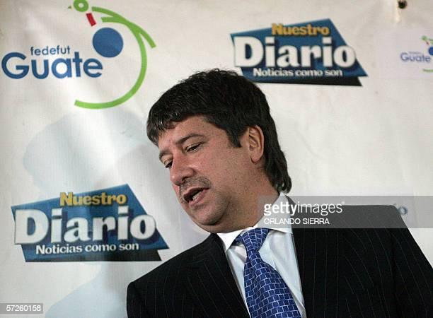 El colombiano Hernan Dario El Bolillo Gomez se apresta a responder preguntas de la prensa en Ciudad de Guatemala el 05 de abril de 2005 Gomez fue...