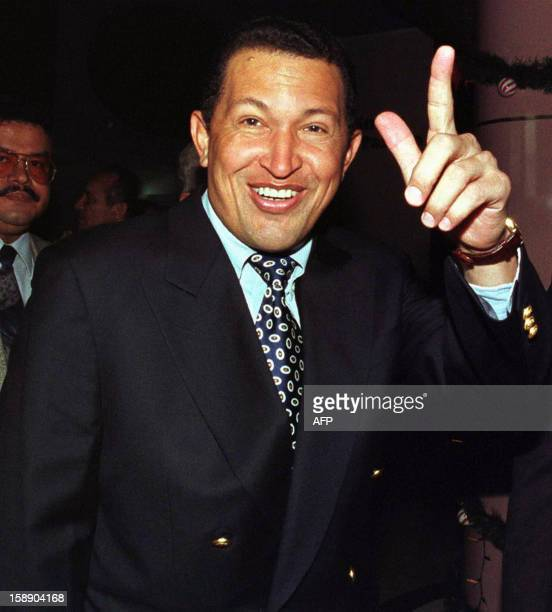El 'Comandante' Hugo Chavez Frias exgolpista lider del Movimiento V Republica y precandidato presidencial saluda a la prensa despues de amenazar con...