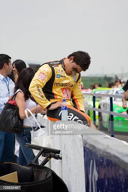 El corredor de autos Abraham Calderón con el número 05 para la escudería MarcatelThe Home Depot descansando un poco antes de iniciar la competencia...