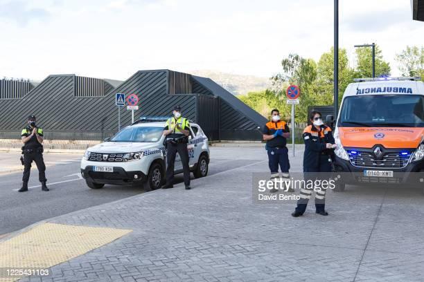 El cuerpo de policía y de protección Civil applaud to Sanitary personal of Villalba General Hospital at the Emergency entrance as they have been...