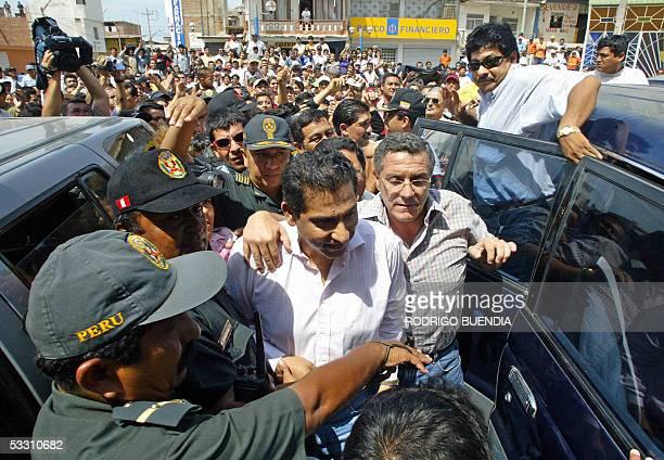El depuesto presidente ecuatoriano Lucio Gutierrez es custodiado por policias peruanos durante una visita a la localidad de Aguas Verdes, en la...